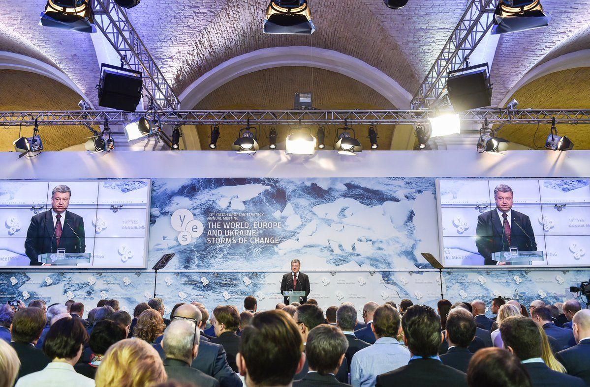 Президент закликає світ ввести нові секторальні санкції проти Росії / Официальный твиттер Петра Порошенко