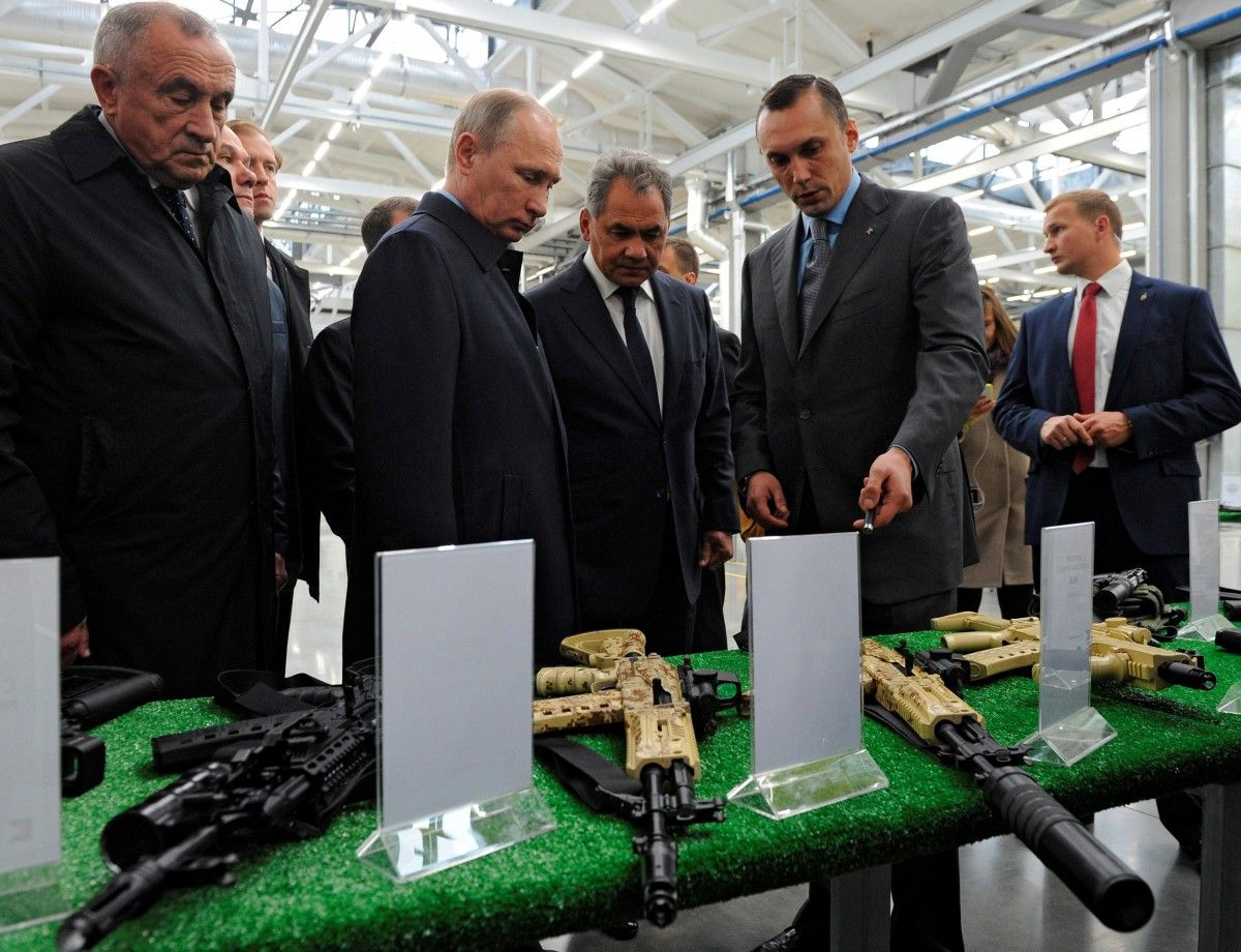 Путин пошутил над очень «серьезным» работником «Калашникова»