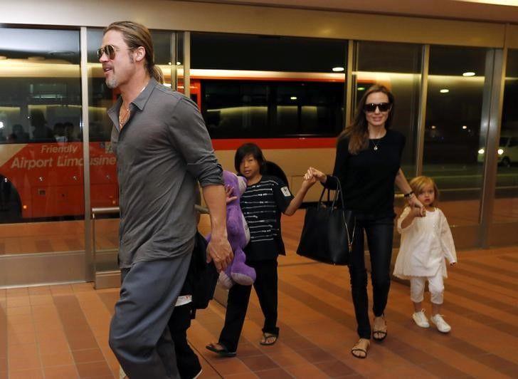 Питт и Джоли с детьми / REUTERS