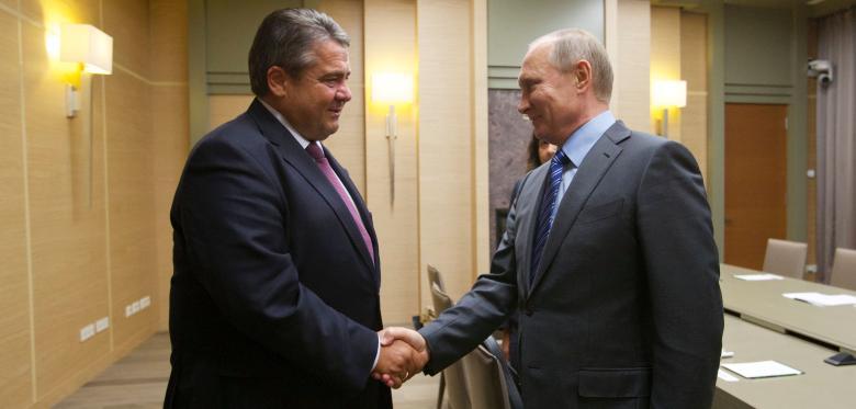 Министр экономики ФРГ Зигмар Габриэль во время визита к президенту России Владимиру Путину / AFP