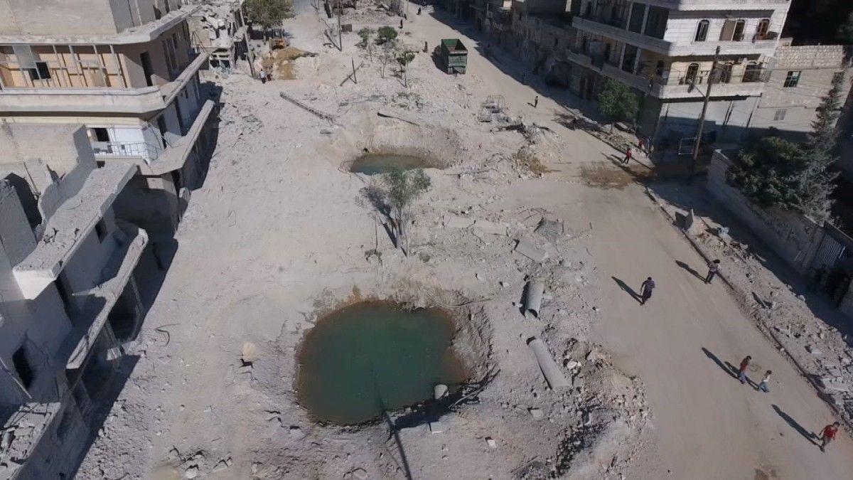 Воронка от авиаснарядов в сирийском Алеппо / REUTERS