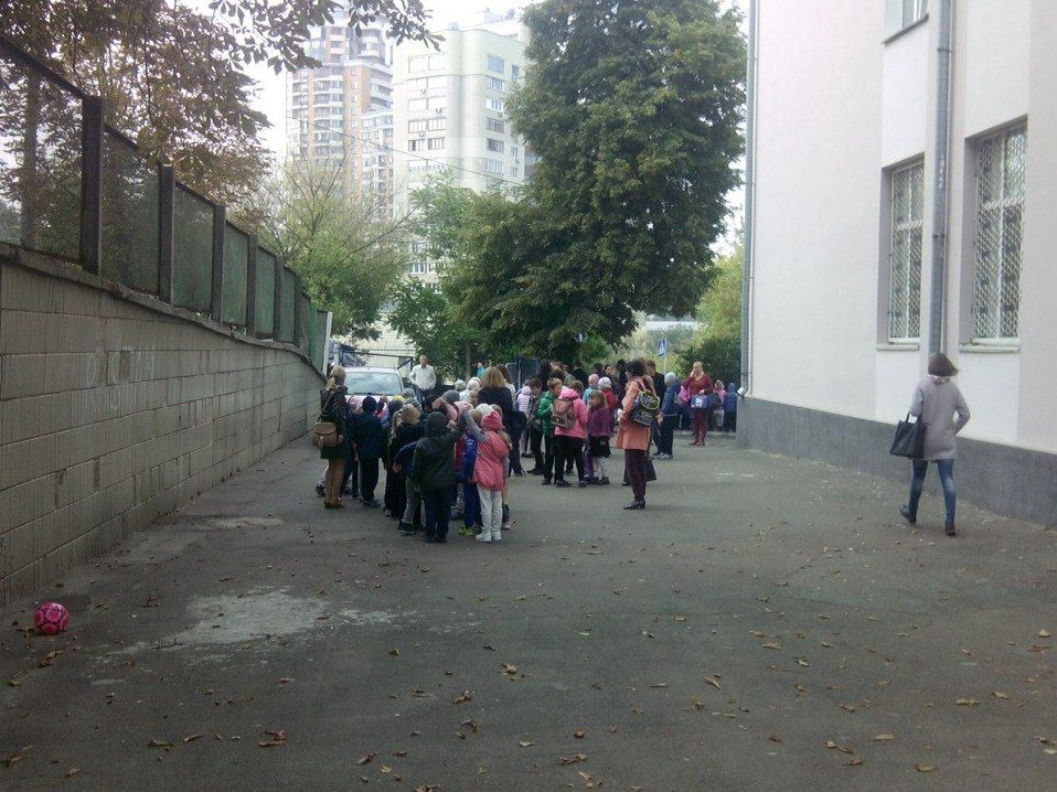 У Києві під час загорання у школі рятувальники евакуювали 600 дітей / dsns.gov.ua