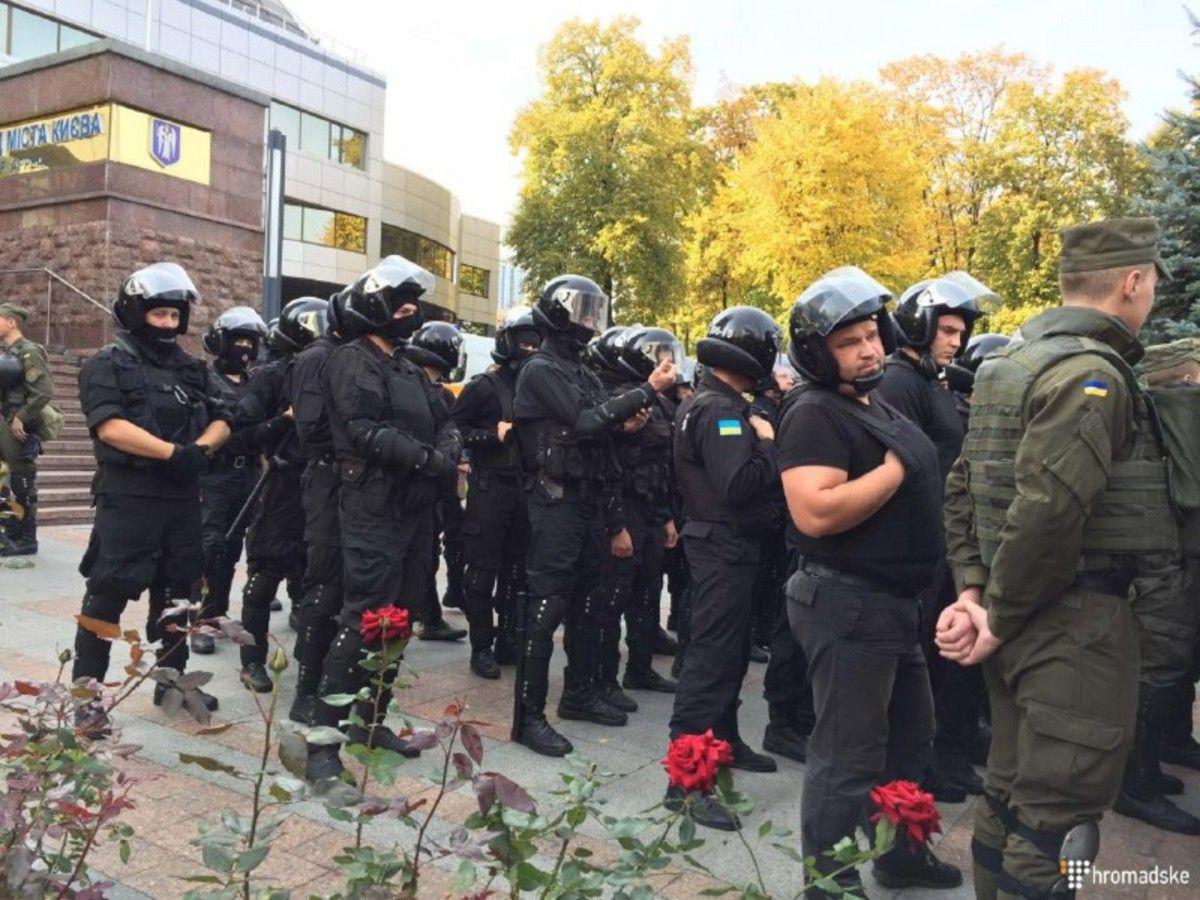 Під будівлею суду у Києві, де слухається справа про вбивство міліціонерів, сталися сутички - фото 1