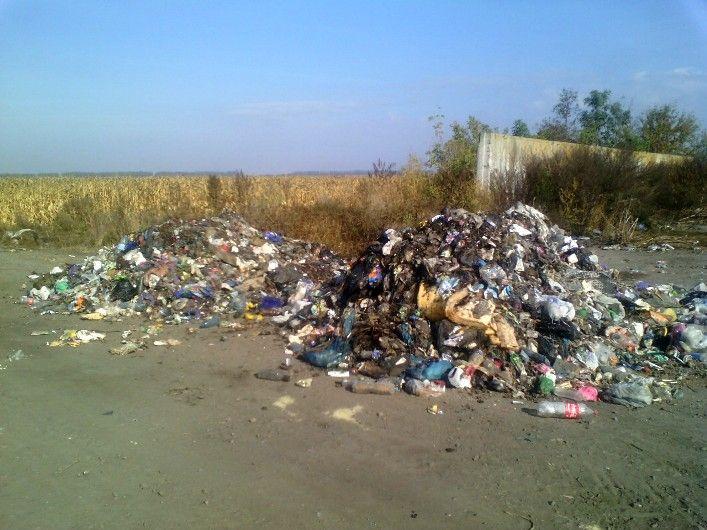 На Житомирщині львівським сміттям завалили дорогу / oda.zt.gov.ua