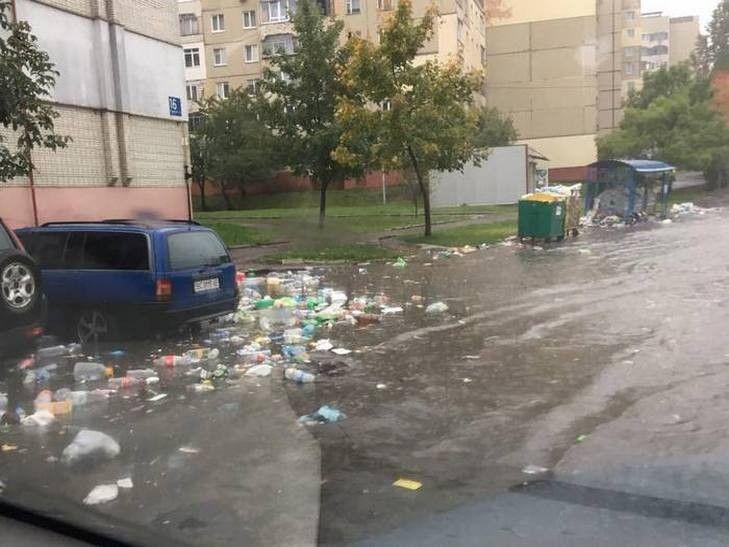 У Львові по вулицях плаває сміття / lviv.depo.ua