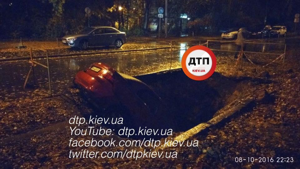 Яма поглотила Chevrolet / facebook.com/dtp.kiev.ua