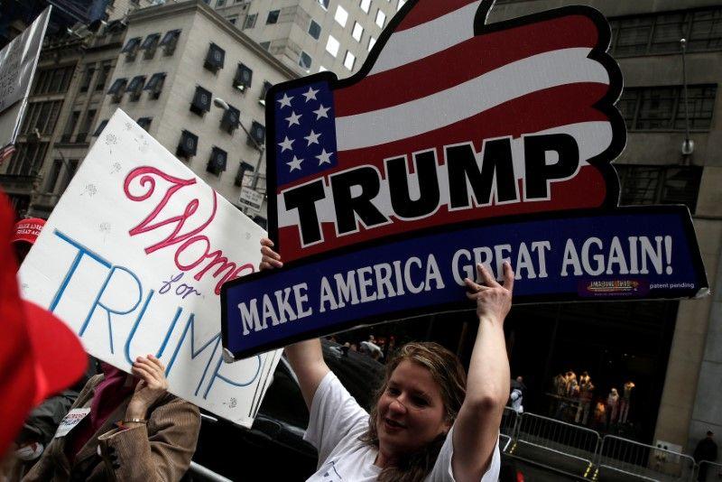 Баннеры в поддержку Трампа / REUTERS