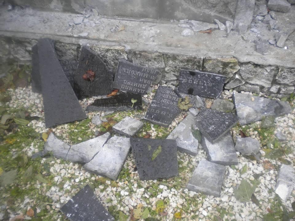 Вандали розбили пам'ятник / .facebook.com/bogdanchervak