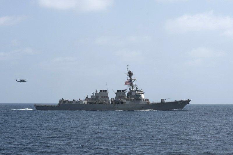 Обстрелянный ранее эсминец USS Mason / REUTERS