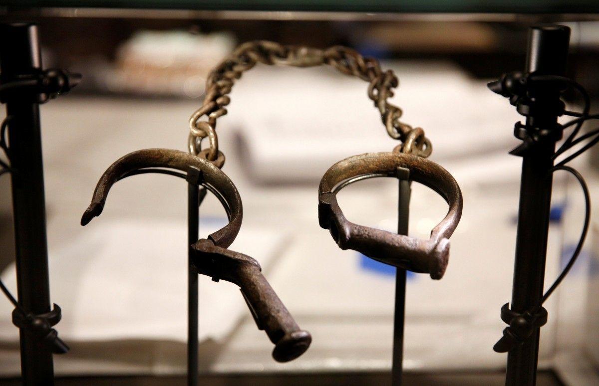 Рабские кандалы в Национальном музее афроамериканской истории и культуры, Вашингтон. Фотоиллюстрация  / REUTERS