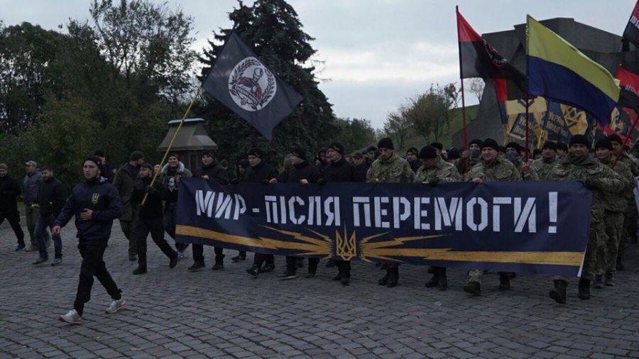 Участники собрания выстроились в большую колонну / Фото azov.press