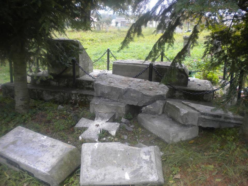 Знищений пам'ятник у Верхрахті / Фото facebook.com/bogdanchervak