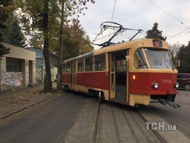 Трамвай на Подолі зійшов з рейок / Фото ТСН.ua