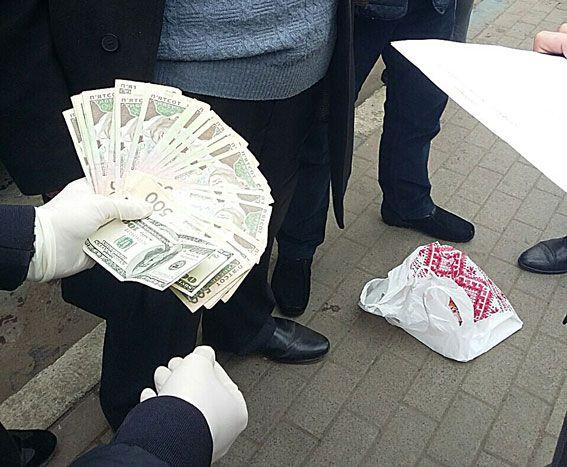 Посадовець вимагав від підприємця понад 20 тисяч гривень неправомірної вигоди / lv.npu.gov.ua