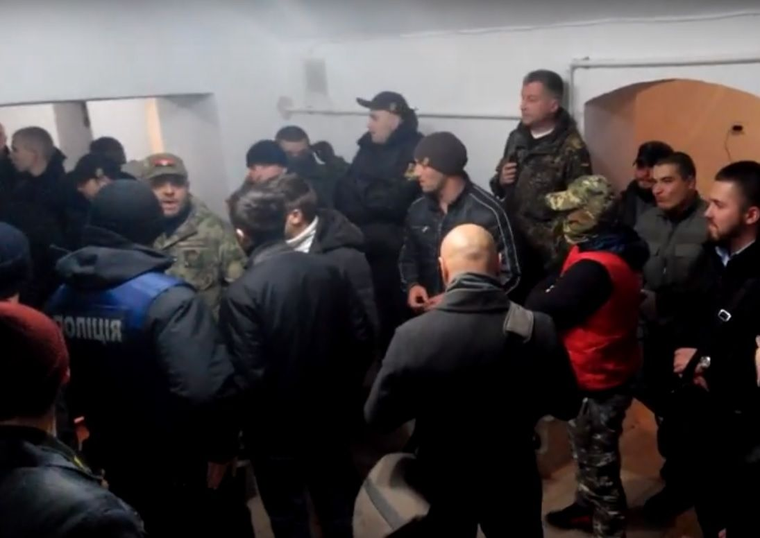 Шістьох підозрюваних доставили у відділ поліції / Кадр із відео Надія Вірна/YouTube