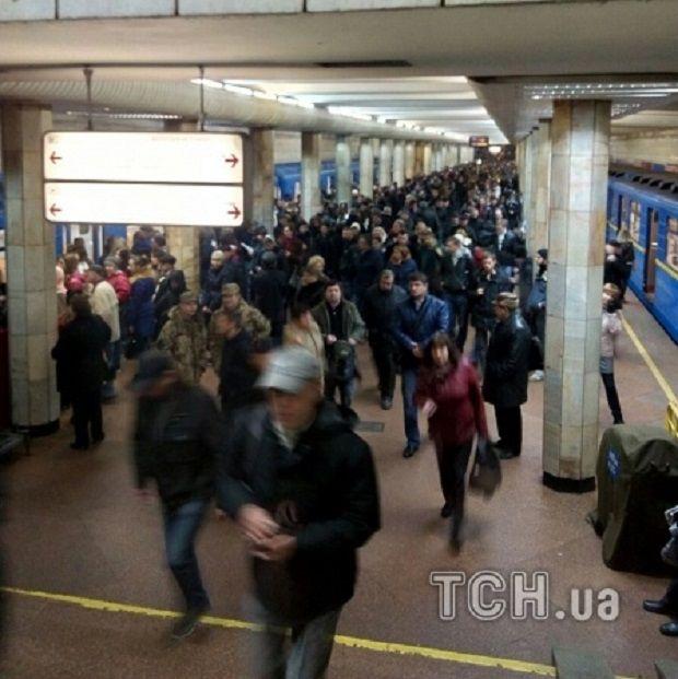 У Києві під потяг метро упала людина / ТСН