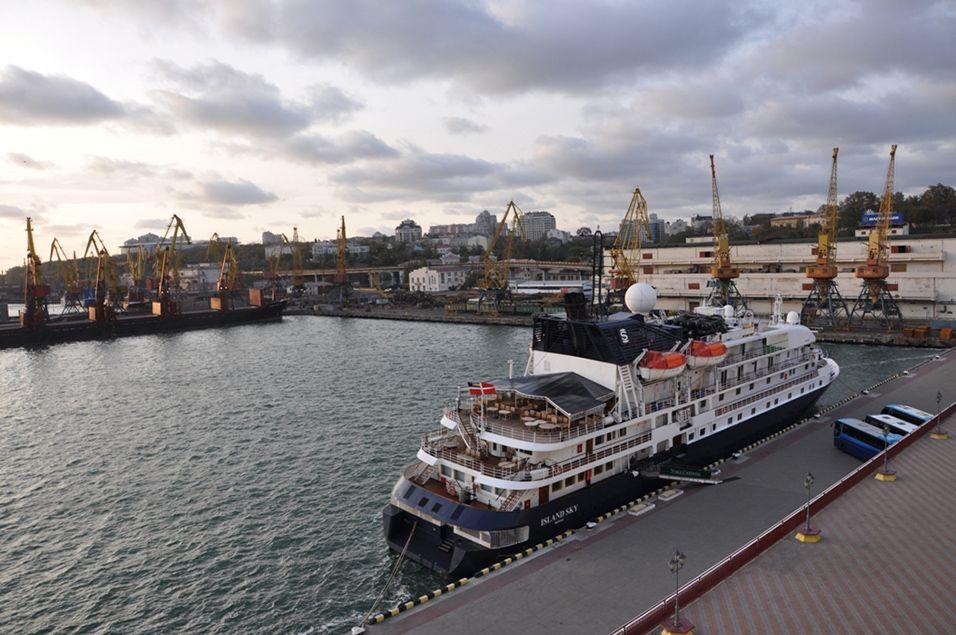 Лайнер Island Sky заканчивает круизный сезон вОдессе