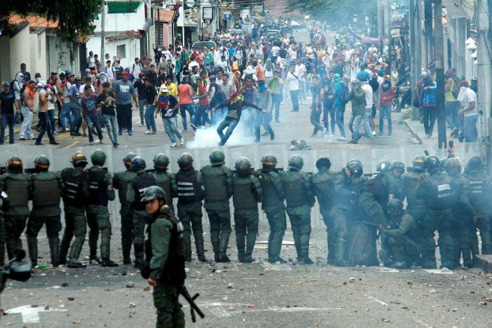 Полицейский стал жертвой акции протеста оппозиции вВенесуэле