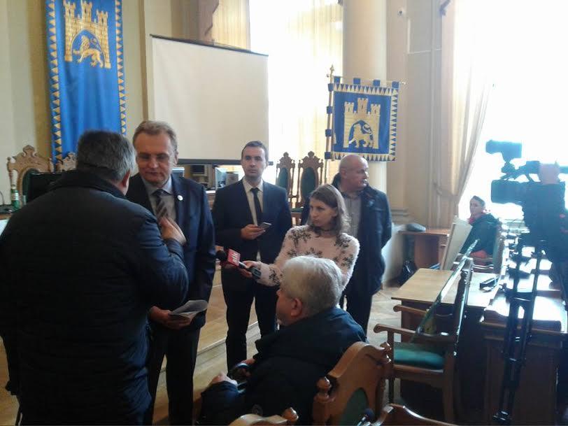 Львів'яни передали меру Андрію Садовому петицію, в якій пояснюють, що перенесення кінцевих зупинок вдарило по їхніх кишенях
