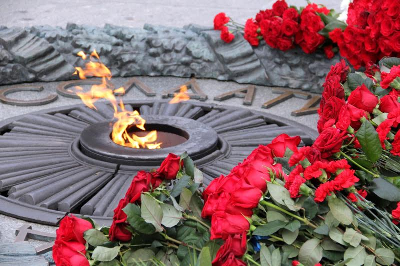 Порошенко и Гройсман обратились к українцв по случаю Дня освобождения от фашистских захватчиков / voladm.gov.ua