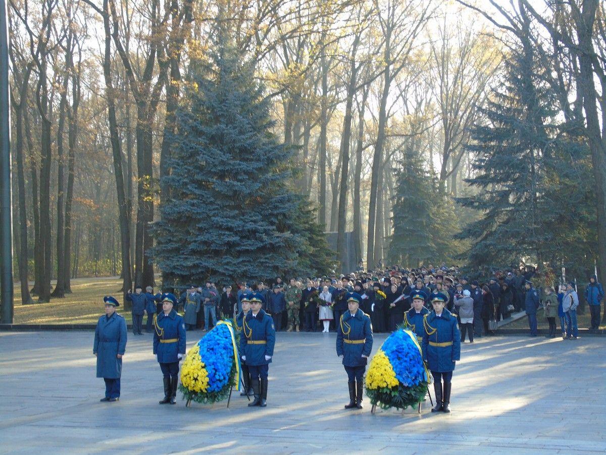 почтить память погибших во Второй мировой войне при освобождении Украины пришли представители областной и городской власти, депутаты / kharkivoda.gov.ua