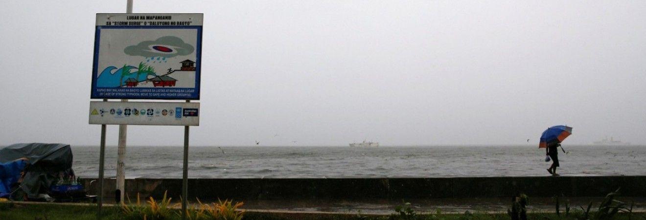 Приближающаяся к Филиппинам буря набрала силу супертайфуна