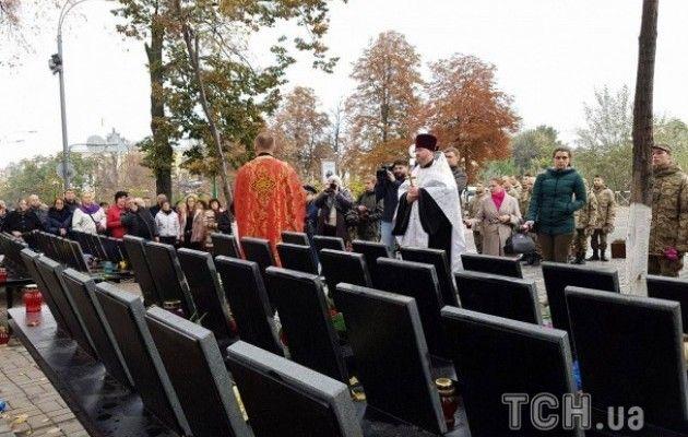 Родичі героїв Небесної Сотні та бійці АТО провели молебень на Інститутській - фото 3