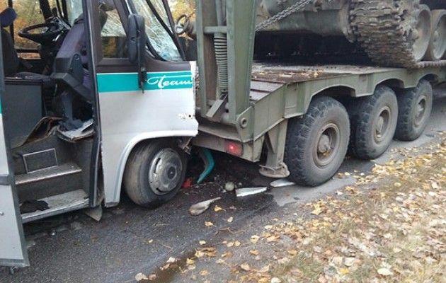 На Вінничині автобус врізався у військовий тягач, 11 постраждалих