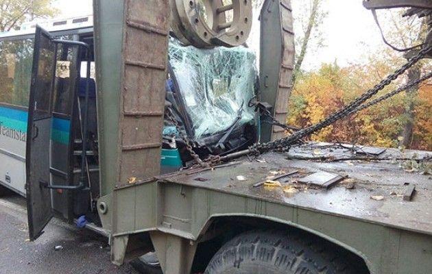 Пасажирський автобус врізався у військовий тягач зтанком: 11 осіб госпіталізували