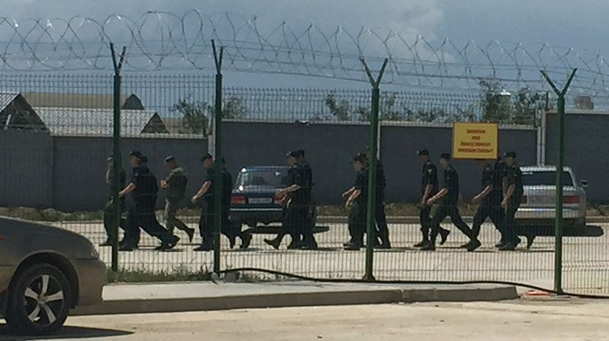 Военнослужащие на российской военной базе в селе Перевальное / REUTERS