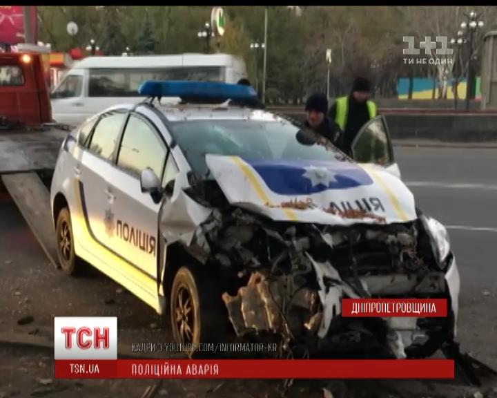 У Кривому Розі поліційний автомобіль врізався в припаркований на узбіччі легковик /