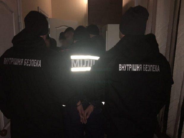 Поліцейських затримали під час вчинення ними грабунку / фото npu.gov.ua