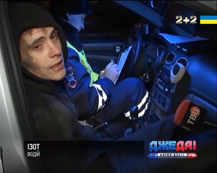 Российские студенты в нетрезвом состоянии прокатили полицейского на капоте /