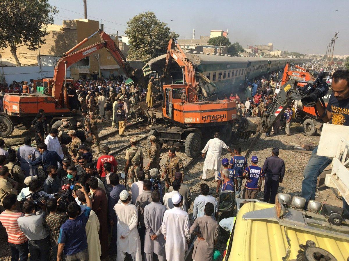 Зіткнення поїздів у Пакистані / REUTERS