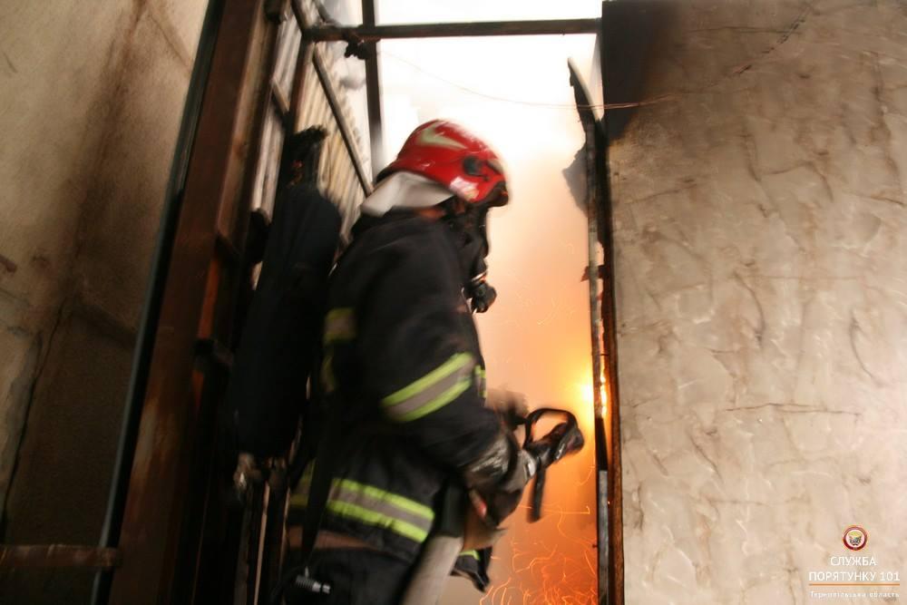 На момент приїзду рятувальників, вогонь охопив близько 30 м кв / фото ДСНС в Тернопільській області