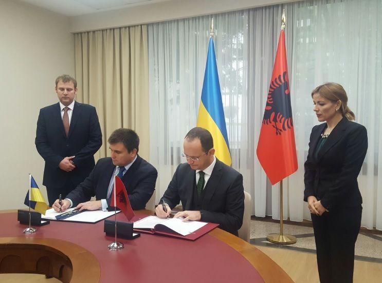 Павел Климкин и глава МИД Албании Дітмір Бушати подписывают Соглашение / twitter.com/MFA_Ukraine