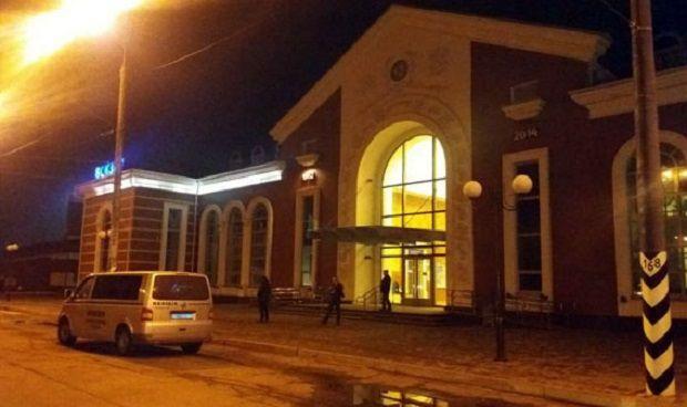 Пасажирів та персонал евакуювали з будівлі / фото dn.npu.gov.ua