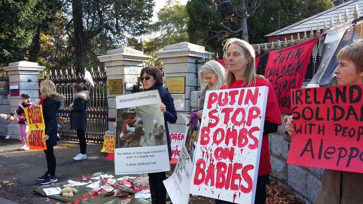 Антивоєнна акція біля посольства РФ в Ірландії / twitter.com/grannies4equal