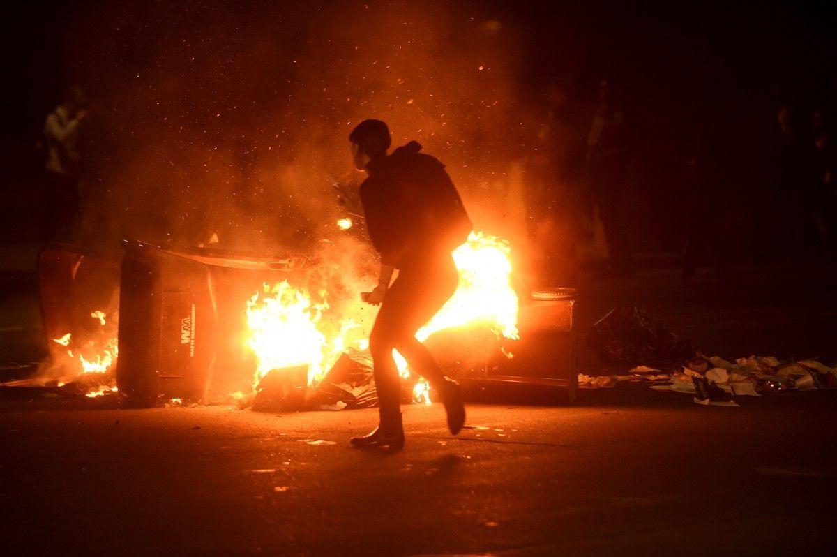 В Окленде протестующие подожгли мусор / REUTERS