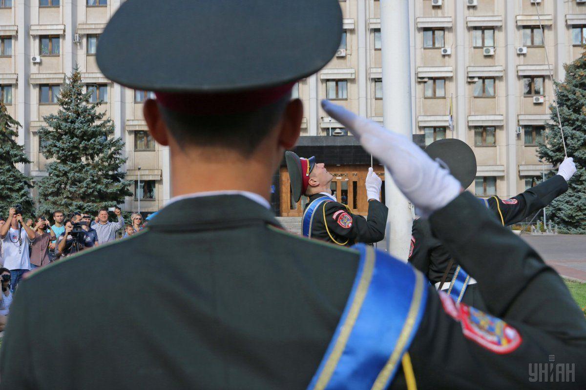 Церемонія підняття Державного прапора України на площі перед будівлею ОДА в Одесі, 23 серпня 2015 року / Фото УНІАН
