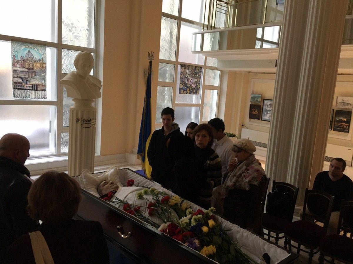 Труну встановлено в Культурного центрі біля стели Тараса Шевченка і прапора України / УНІАН