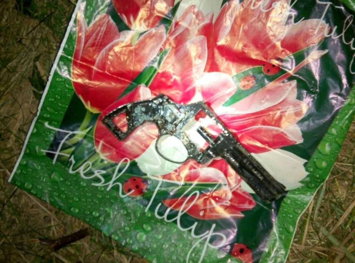 Фрагмент пистолета нашли в реке / фото myk.gp.gov.ua