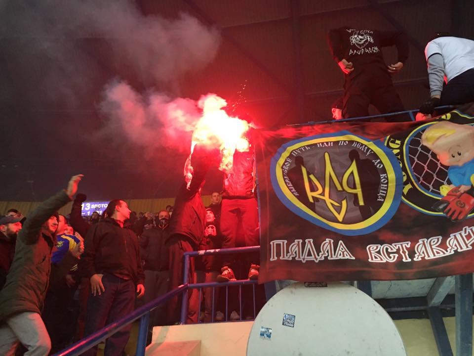 На матче Украина-Сербия украинские болельщики сожгли флаги гостей / facebook.com/romabra