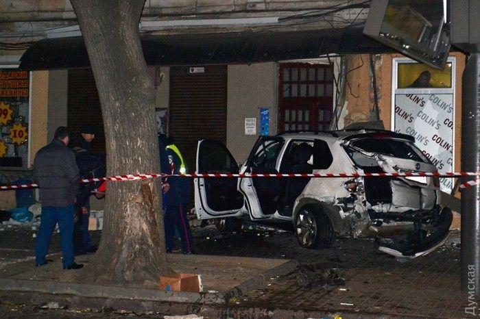 """Вечером 26 октября BMW X5 врезался в """"Москвич"""", а затем - в людей на остановке / Фото dumskaya.net"""