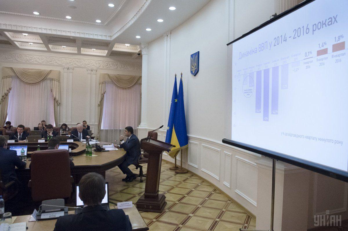 Гройсман: С1декабря украинцы будут жить поновым соцстандартам