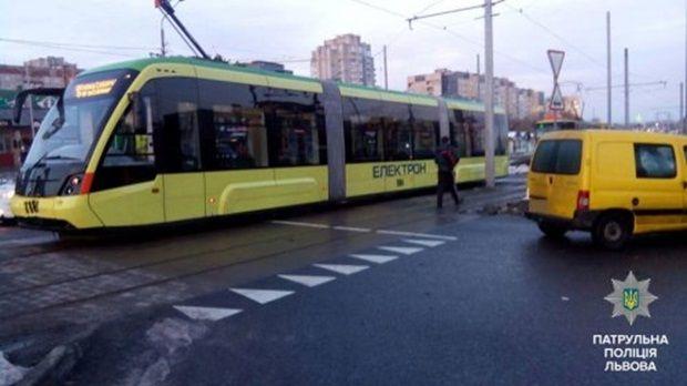 Наездились: в 1-ый день новый львовский трамвай наСихов попал вДТП