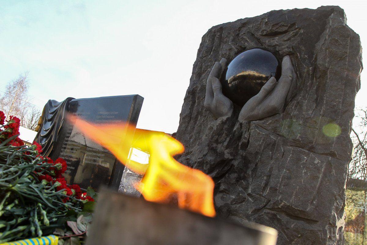 Под Киевом открыли мемориал погибшим вАТО полицейским— Выгравированы насердце