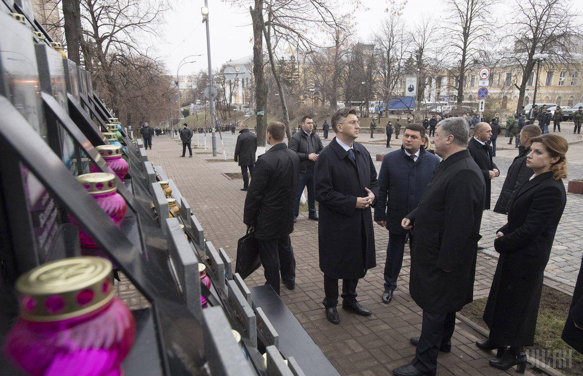 Порошенко, Гройсман та Пленкович вшанували пам'ять загиблих героїв / Фото УНІАН