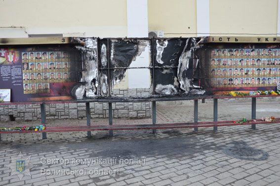 Вогнем знищено близько трьох метрів дерев'яного стенду / vl.npu.gov.ua