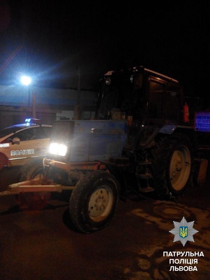 На коммунальщика составлен протокол за вождение трактором навеселе / facebook.com/lvivpolice